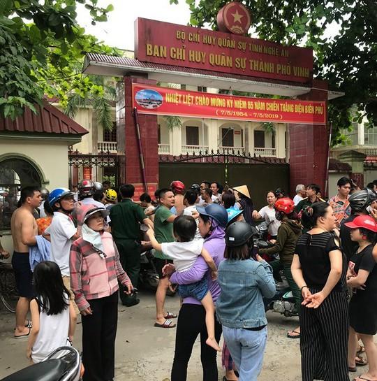 Cháy ở trường mầm non, người dân phá cổng lao vào sơ tán hàng trăm học sinh - Ảnh 4.