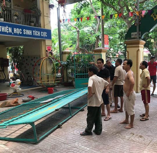 Cháy ở trường mầm non, người dân phá cổng lao vào sơ tán hàng trăm học sinh - Ảnh 1.