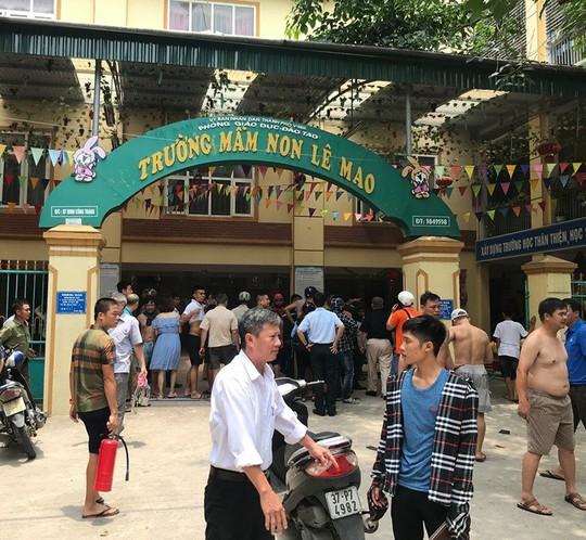 Cháy ở trường mầm non, người dân phá cổng lao vào sơ tán hàng trăm học sinh - Ảnh 2.