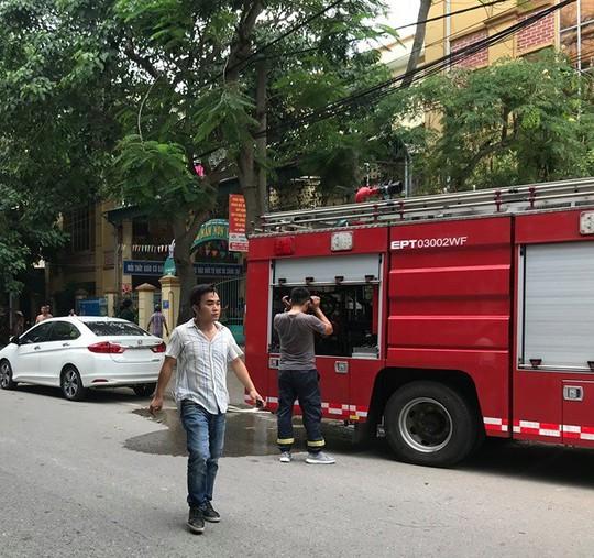 Cháy ở trường mầm non, người dân phá cổng lao vào sơ tán hàng trăm học sinh - Ảnh 3.