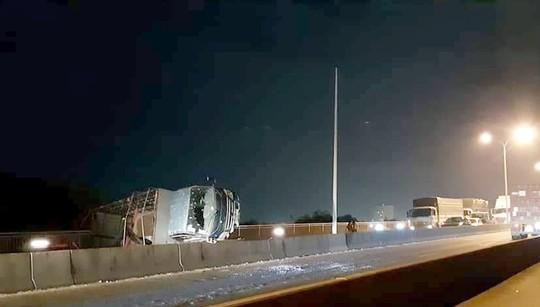 Đêm qua, cầu Phú Mỹ tê liệt gần như thâu đêm - Ảnh 1.
