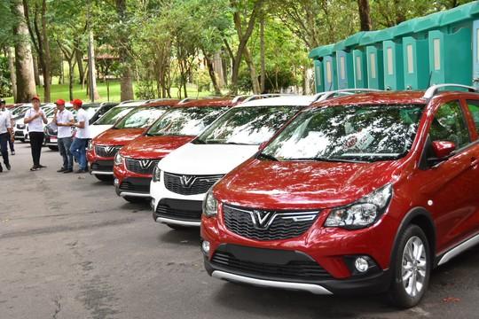 Hàng trăm ô tô thương hiệu Việt VinFast Fadil đến tay khách hàng - Ảnh 1.