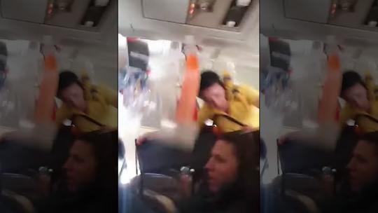 Máy bay gặp nhiễu động, tiếp viên bị hất ngược lên trần - Ảnh 1.