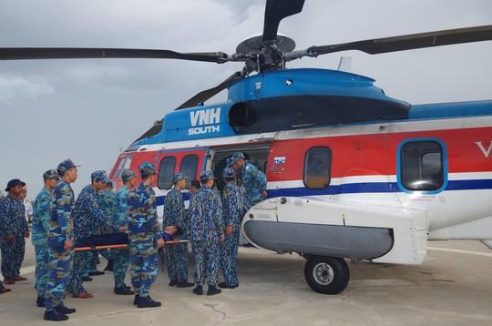 Một chiến sĩ tại Trường Sa bị đột quỵ được đưa về đất liền an toàn - Ảnh 1.