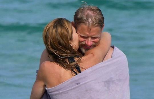 Huyền thoại sống Peter Schmeichel cưới cựu người mẫu Playboy - Ảnh 8.