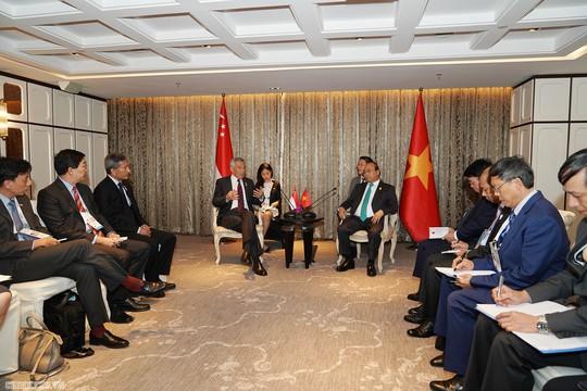 Thủ tướng Nguyễn Xuân Phúc phê phán phát biểu của Thủ tướng Lý Hiển Long - Ảnh 2.