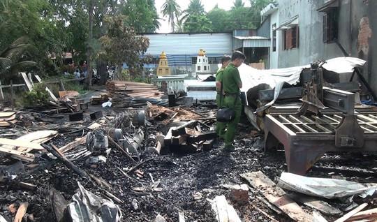 Cháy rụi cơ sở gỗ ở làng mộc lâu đời nhất miền Tây - Ảnh 1.