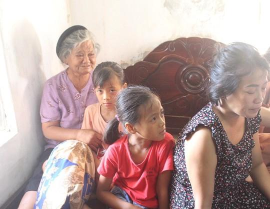 Vụ 9 ngư dân mất tích: Ngã khuỵu khi nghe tin chồng và con trai gặp nạn - Ảnh 1.