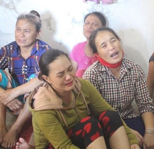 Vụ 9 ngư dân mất tích: Ngã khuỵu khi nghe tin chồng và con trai gặp nạn - Ảnh 2.