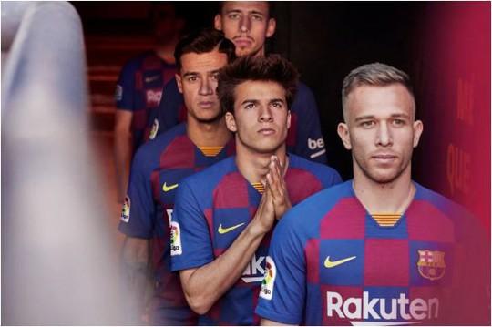 Fan hâm mộ thất vọng với trang phục mới của Barcelona - Ảnh 3.