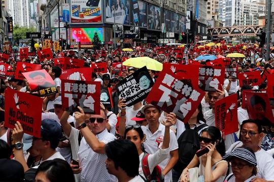Hồng Kông: Biển người xuống đường phản đối dự luật dẫn độ - Ảnh 1.