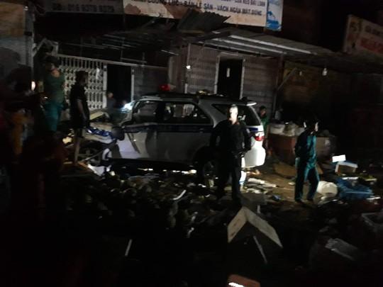 Xe CSGT tông vào tiệm vàng, 1 người dân bị thương - Ảnh 2.
