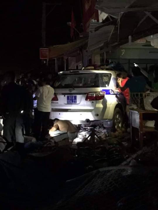 Xe CSGT tông vào tiệm vàng, 1 người dân bị thương - Ảnh 3.