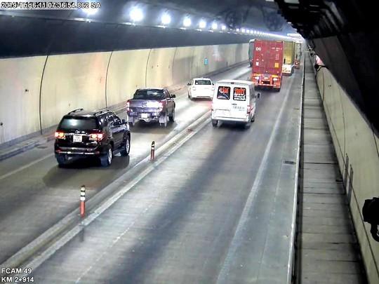 Bất chấp nguy hiểm, nhiều xe ô tô vượt ẩu trong hầm Hải Vân - Ảnh 1.