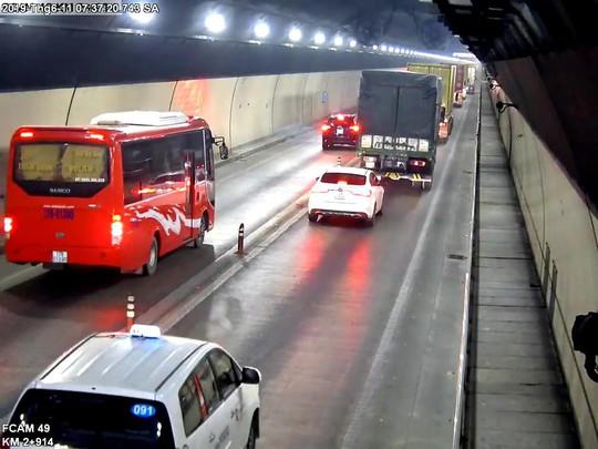 Bất chấp nguy hiểm, nhiều xe ô tô vượt ẩu trong hầm Hải Vân - Ảnh 3.
