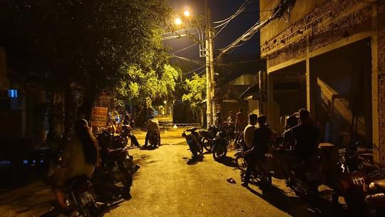 Hai nhóm hỗn chiến trước quán nhậu ở TP HCM, một người chết - Ảnh 1.