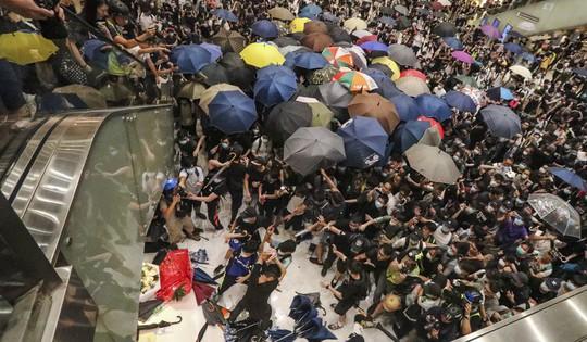 Hồng Kông: Bạo loạn tại trung tâm mua sắm, 22 người nhập viện - Ảnh 1.