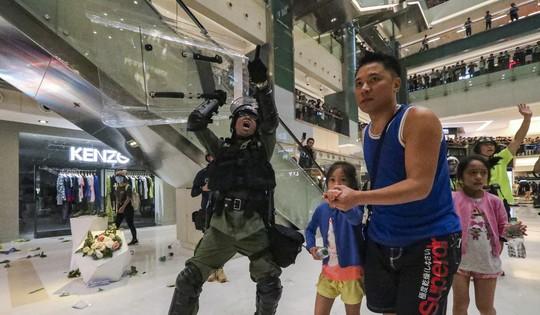 Hồng Kông: Bạo loạn tại trung tâm mua sắm, 22 người nhập viện - Ảnh 3.