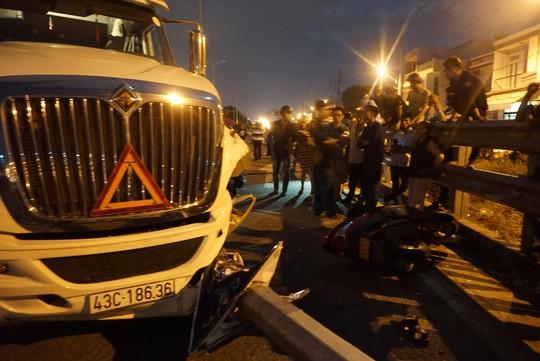 Xe container mất lái, lao qua dải phân cách tông cháu trai 4 tuổi chết thảm - Ảnh 2.