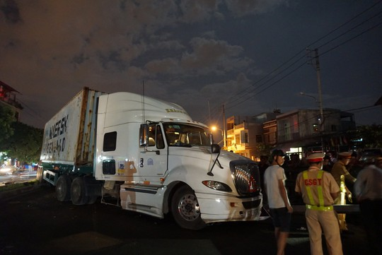 Xe container mất lái, lao qua dải phân cách tông cháu trai 4 tuổi chết thảm - Ảnh 1.