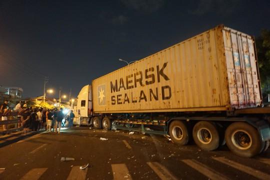 Xe container mất lái, lao qua dải phân cách tông cháu trai 4 tuổi chết thảm - Ảnh 3.