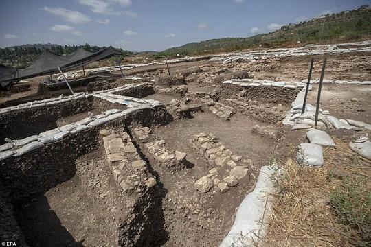 Làm đường, đào trúng thành phố ma đầy mộ cổ và vũ khí - Ảnh 3.