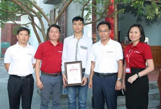 Hiệu trưởng Trường ĐH Bách khoa Hà Nội về tận nhà riêng trao học bổng cho thủ khoa khối A - Ảnh 2.