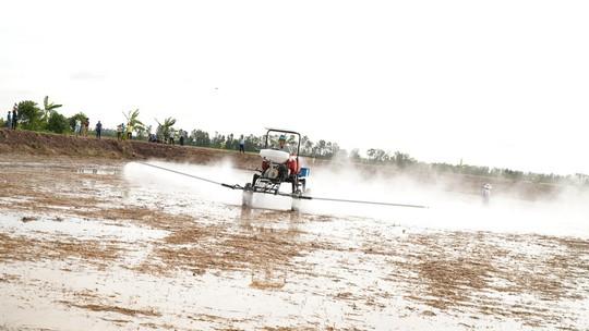 Nông dân miền Tây ngạc nhiên với thiết bị bay phun thuốc trừ sâu - Ảnh 1.