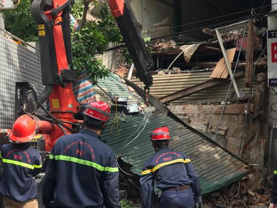 Nhà phố cổ ở Hà Nội bất ngờ đổ sập - Ảnh 5.