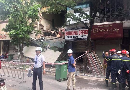 Nhà phố cổ ở Hà Nội bất ngờ đổ sập - Ảnh 3.