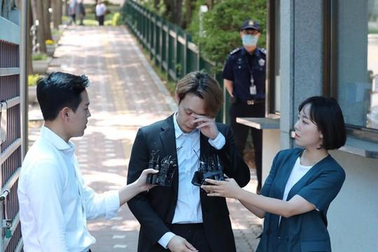 """Nhận án treo, """"Hoàng tử gác mái"""" Park Yoo Chun khóc, xin lỗi - Ảnh 2."""
