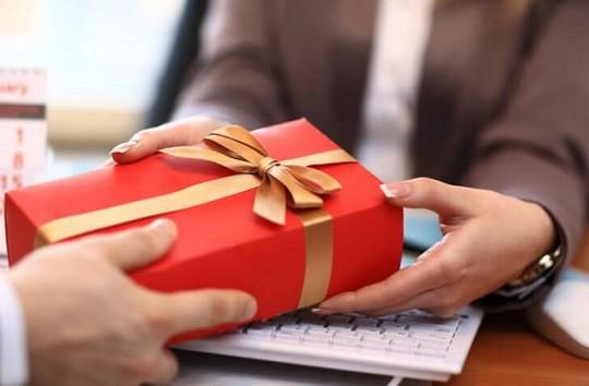 Cán bộ nhận quà tặng do không từ chối được, phải tổ chức bán công khai nộp ngân sách - Ảnh 1.
