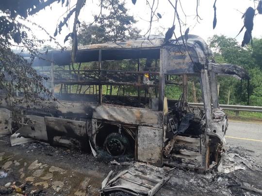 Cháy xe giường nằm, 30 hành khách hoảng loạn tháo chạy - Ảnh 1.