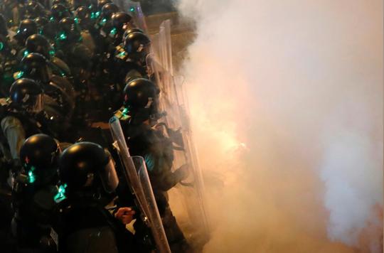 Hồng Kông: Cảnh sát trấn áp, để nhóm đeo mặt nạ đánh người biểu tình - Ảnh 3.
