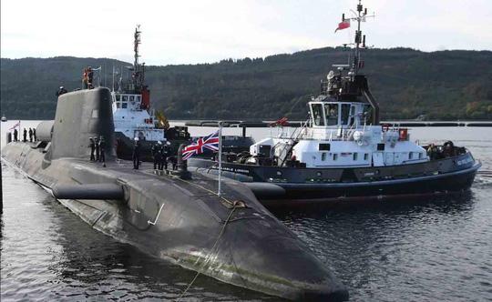 Anh điều tàu ngầm ép Iran - Ảnh 1.