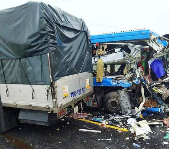 Xe tải đấu đầu xe khách, nhiều người nhập viện - Ảnh 1.