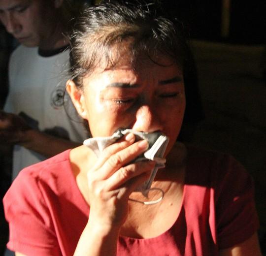 Tàu cá chở 19 người gặp nạn: 7 thuyền viên đoàn tụ với người thân trong nước mắt - Ảnh 5.