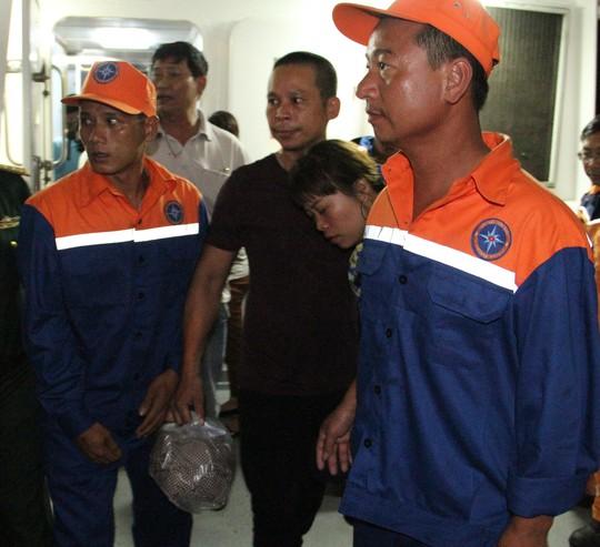Tàu cá chở 19 người gặp nạn: 7 thuyền viên đoàn tụ với người thân trong nước mắt - Ảnh 6.