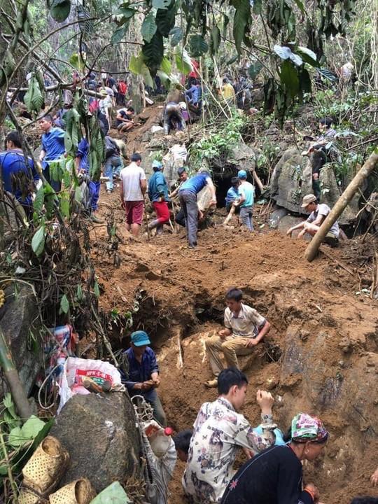 Hàng ngàn người cầm cuốc, thuổng đổ xô lên núi tìm đá quý giá trị 5 tỉ đồng - Ảnh 2.