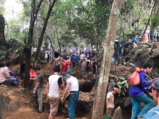 Hàng ngàn người cầm cuốc, thuổng đổ xô lên núi tìm đá quý giá trị 5 tỉ đồng - Ảnh 1.