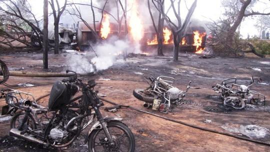 Đang hốt nhiên liệu, 132 người thương vong vì xe tải phát nổ - Ảnh 1.