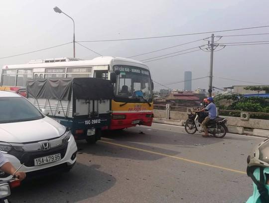 Xe buýt chạy ẩu lấn làn trên cầu tông trực diện 2 nam sinh đi xe máy - Ảnh 1.