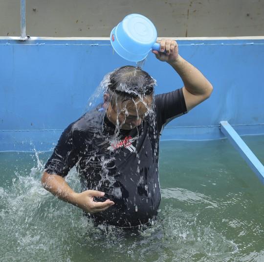 Chuyên gia Nhật tắm nước sông Tô Lịch gửi lời cảm ơn Thủ tướng, Chủ tịch Hà Nội - Ảnh 2.