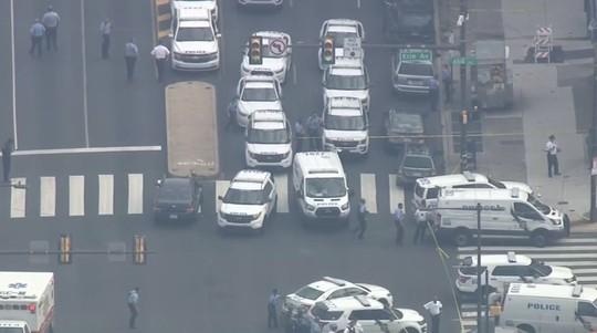 Vừa livestream, vừa xả súng hàng loạt cảnh sát tại Mỹ - Ảnh 4.