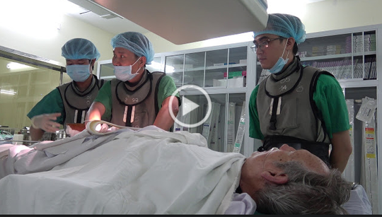 Người đàn ông Úc ngã quỵ khi đang quá cảnh tại sân bay Tân Sơn Nhất - Ảnh 1.
