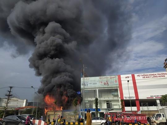 Clip: Cháy dữ dội tại siêu thị 90K - Ảnh 2.