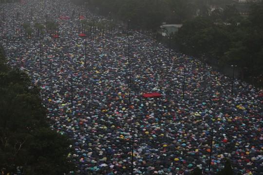 Biển ô tuôn xuống đường ở Hồng Kông ngày cuối tuần - Ảnh 2.