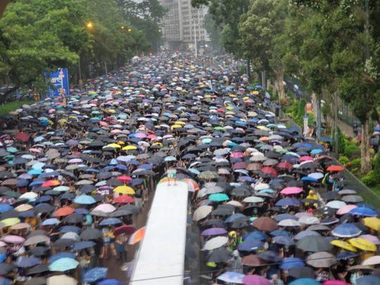 Biển ô tuôn xuống đường ở Hồng Kông ngày cuối tuần - Ảnh 6.