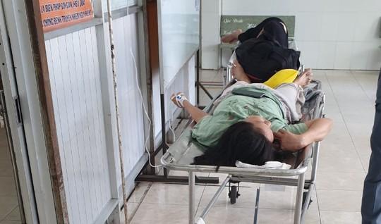 Video: Xe khách chở khoảng 20 người xuất bến từ TP HCM bị lật ở Bình Dương - Ảnh 6.