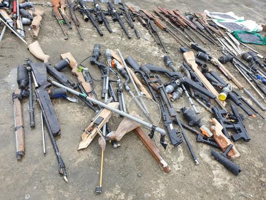 Tiêu hủy hàng trăm khẩu súng và các loại vũ khí nguy hiểm khác - Ảnh 3.